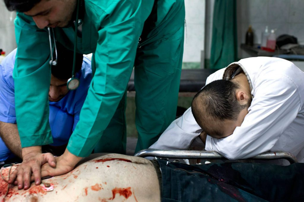 Omar, 31 år och soldat i Fria syriska armén, kommer till sjukhuset med en skottskada klockan 13.49. Nio minuter senare dödförklaras han. Foto: NICLAS HAMMARSTRÖM