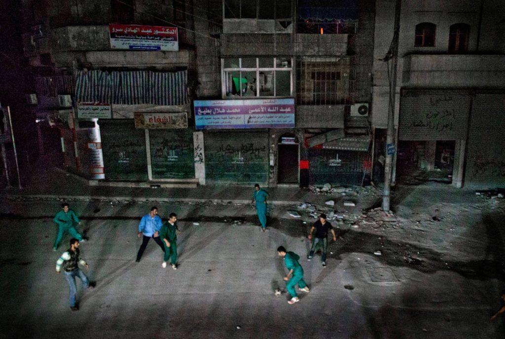 Sjukhuspersonalen spelar fotboll tillsammans med Fria syriska armén utanför sjukhuset mitt i natten. - Vi måste göra något annat ibland. Glömma kriget för en kort stund, berättar doktor Osman Al-Hag, 30. Foto: NICLAS HAMMARSTRÖM